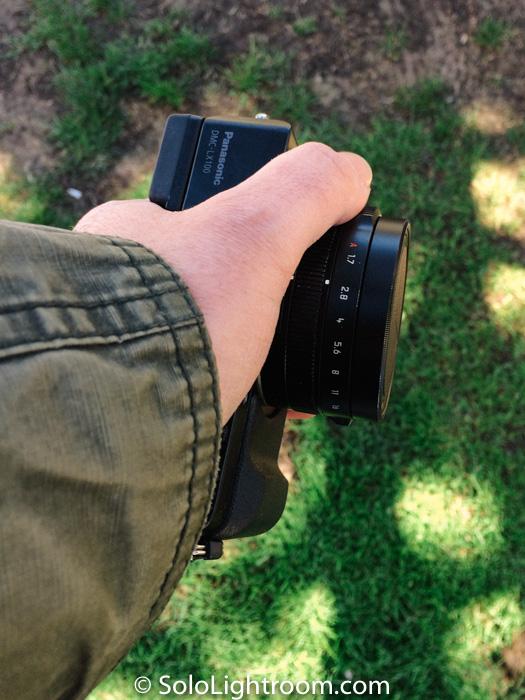 La cámara, por sus dimensiones y peso es muy agradable de llevar en la mano.