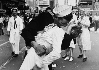La Leica del «Beso de Time Square» vendida por 114.000 euros